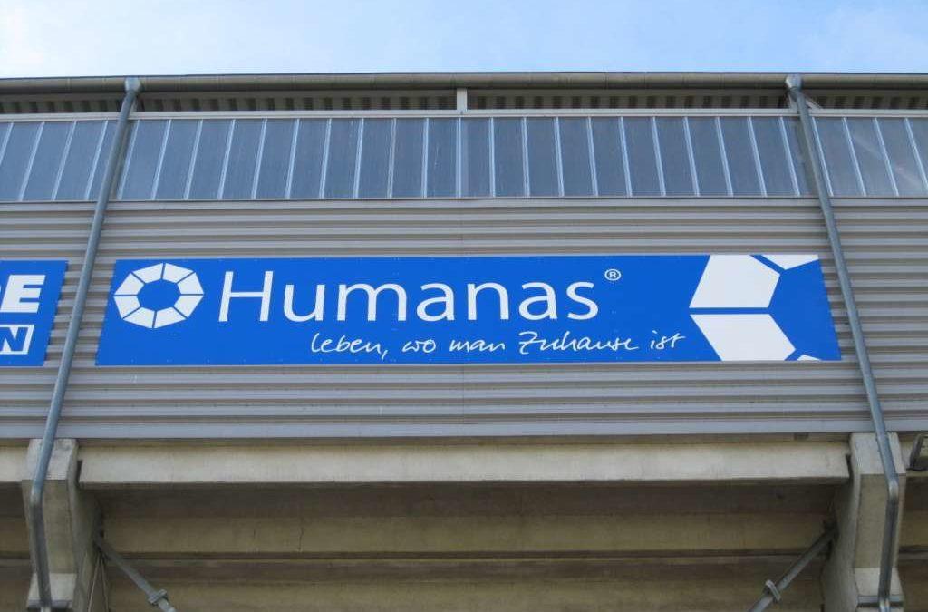 """""""Humanas-Bande"""" an der Aussenseite der MDCC Arena montiert"""